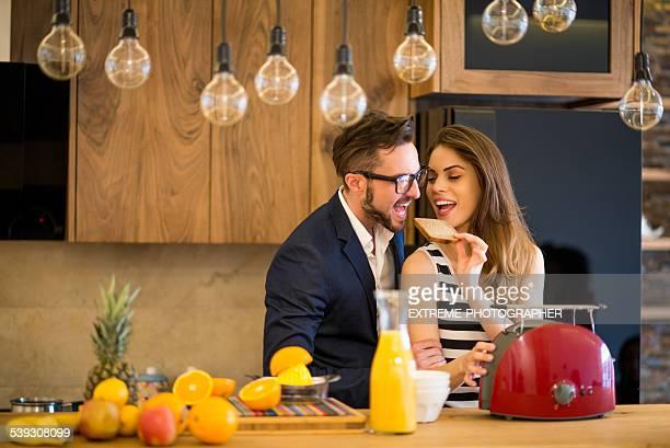 Couple, préparer le petit déjeuner dans la cuisine