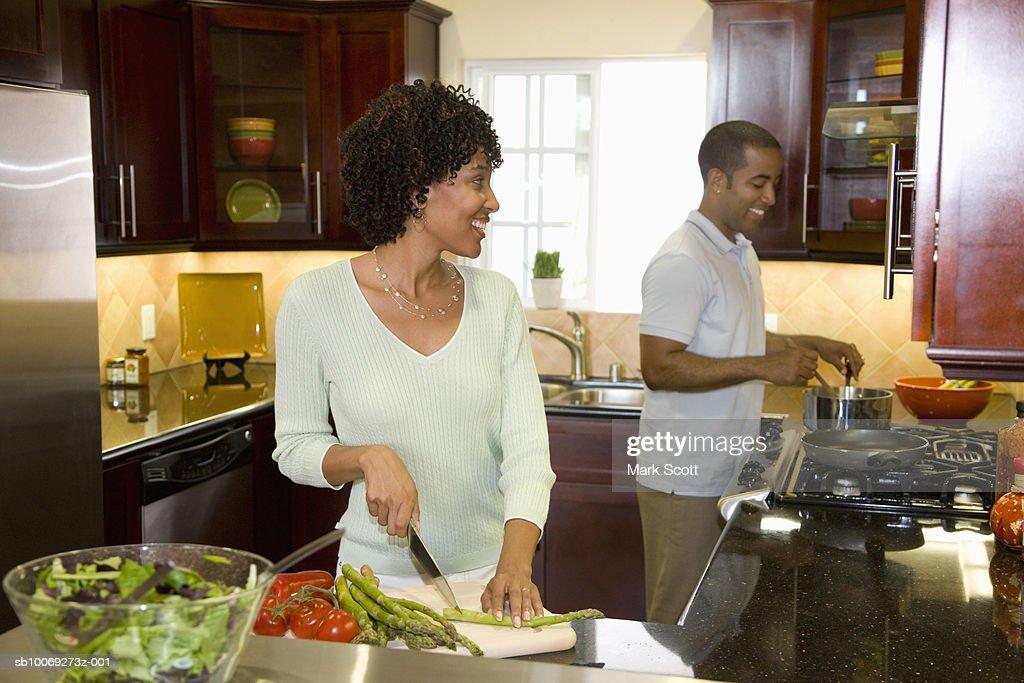 Couple preparing food in kitchen : Stockfoto