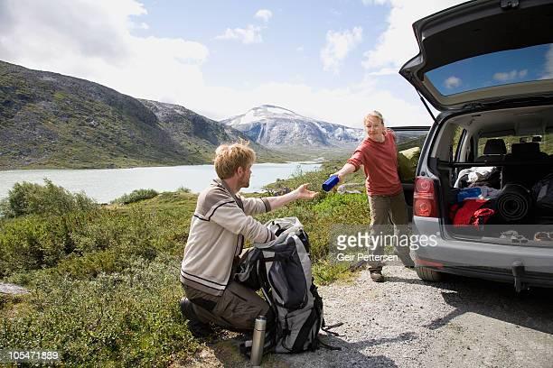 couple preparing for hiking/camping trip - dan peak fotografías e imágenes de stock