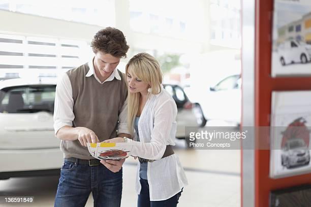Couple, lecture des brochures de concessionnaire