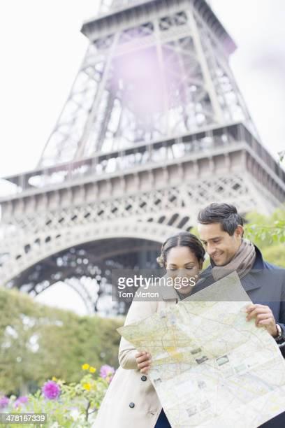 カップルリーティング地図の前でエッフェル塔,パリ,フランス