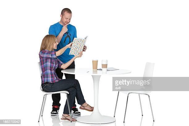 Couple, lecture de carte dans un restaurant