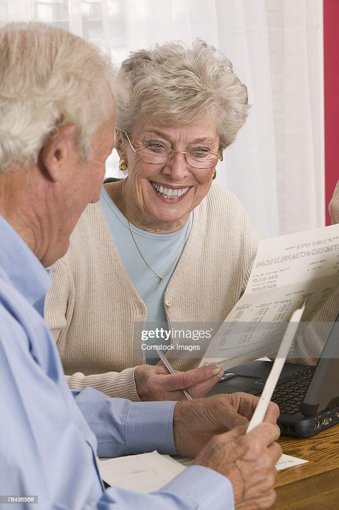 Couple reading paperwork : Stockfoto
