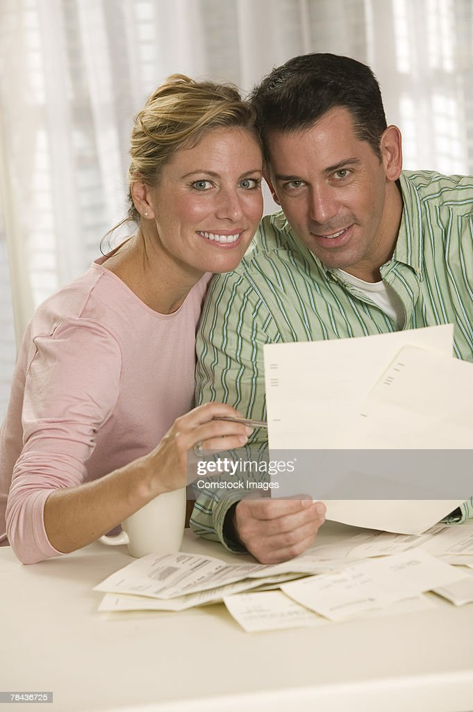 Couple reading paperwork : Stockfoto