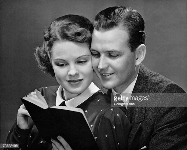 couple reading book together 画像と写真 getty images