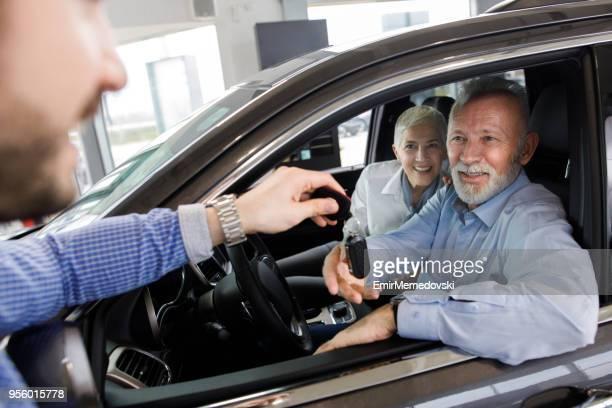 Paar Auto Verkäufer einen neuen Autoschlüssel erhalten