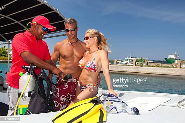 Couple avant de recevoir des cours de plongée sous-marine