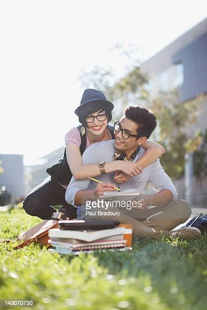Couple de détente ensemble et étudier