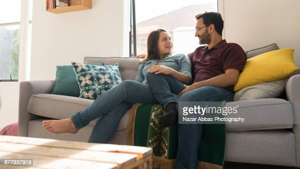 couple relaxing at home and having a conversation. - alternative behandlungsmethode stock-fotos und bilder