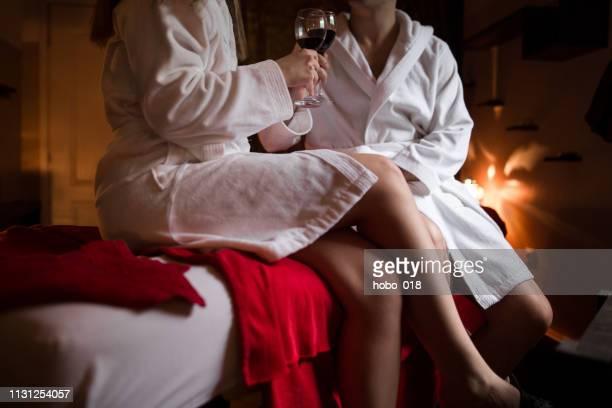 ehepaar entspannung im hotel mit champagner - romantik stock-fotos und bilder