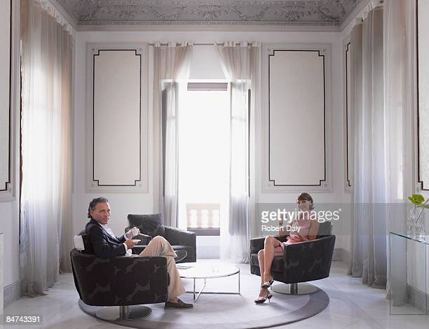 Par relajante en la moderna suite