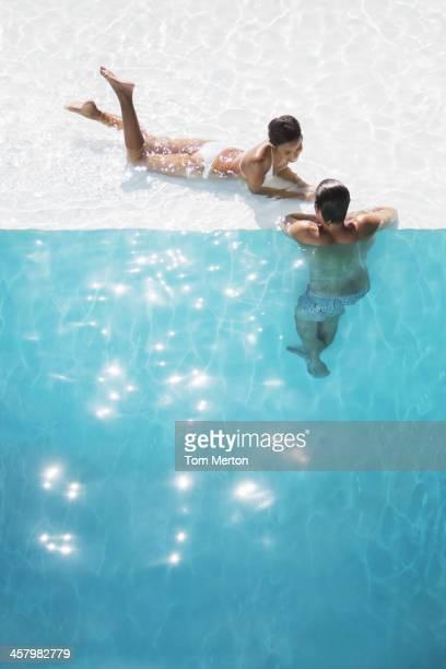 Couple de détente à la piscine