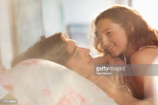 Couple de détente ensemble dans le lit
