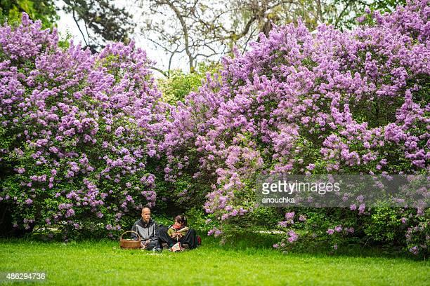 Paar entspannenden mit blühenden Lilien in Prag Park