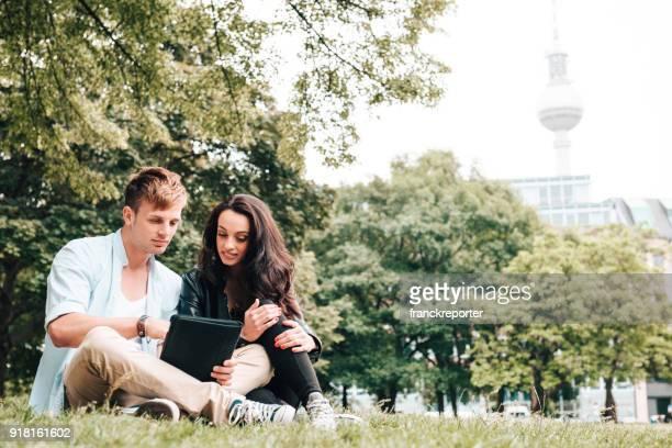 paar Rast- und Flirten im park