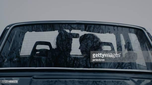 coppia in sella a un'auto retrò. giornata nebbiosa - coppia eterosessuale foto e immagini stock