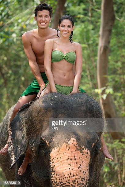 Couple équitation un éléphant, de la forêt tropicale