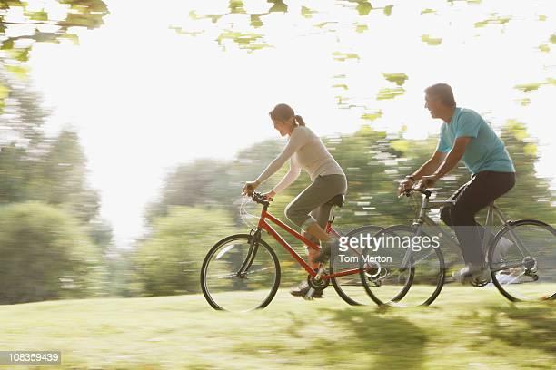 Couple équitation vélos ensemble