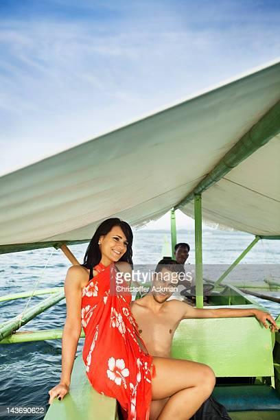 Coppia equitazione in barca sulle acque tropicali