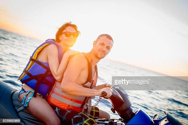 Couple équitation en bateau à moteur