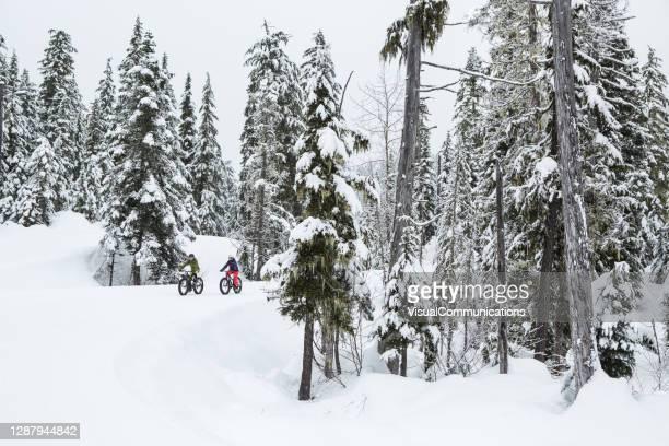 par rider sin feta cykel i snön i whistler, kanada - partire bildbanksfoton och bilder