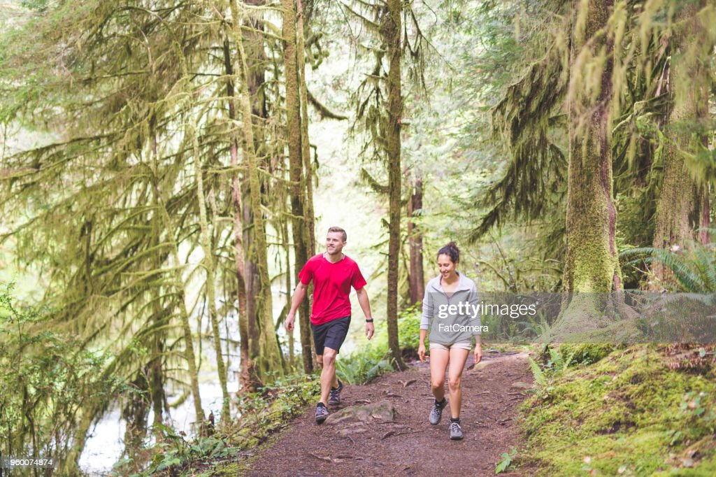 Paar in den Wald laufen : Stock-Foto