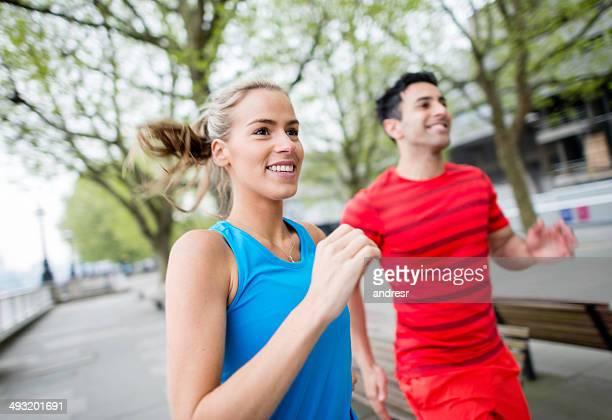 Couple courir en plein air
