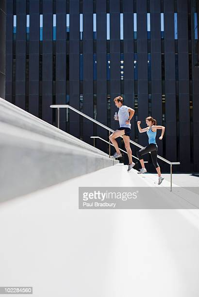 Paar running-up urban Treppe