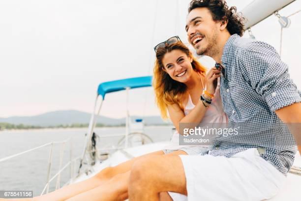 Couple de voile sur un yacht