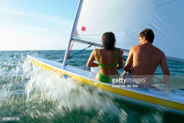 couple sailing through waves - captiva island - fotografias e filmes do acervo