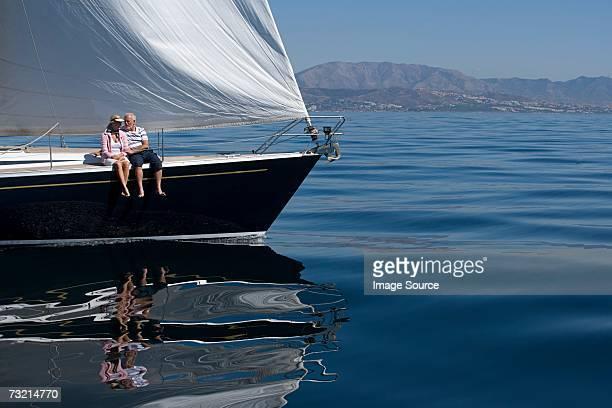 Couple assis sur un bateau à voile
