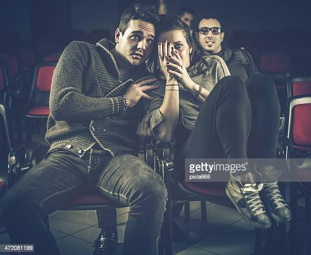 Coppia spaventata al cinema, guardare film horror