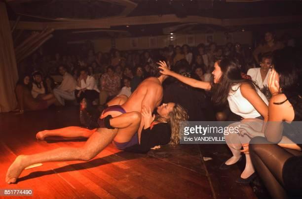 Couple se livrant à un spectacle érotique dans un club pour femmes en mars 1992 à Caracas Venezuela