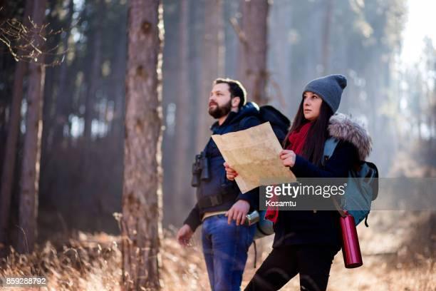 Couple à la recherche de zone de nature sauvage à l'aide de la carte de localisation