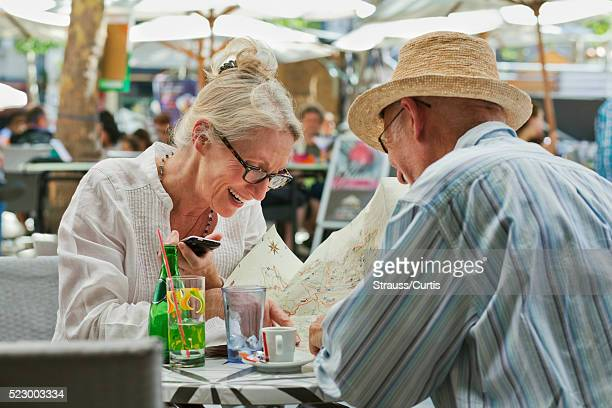 couple seated in outdoor restaurant - guy carcassonne photos et images de collection