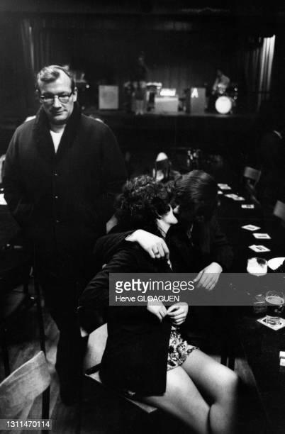 Couple s'embrassant dans un pub au Royaume-Uni, circa 1960.
