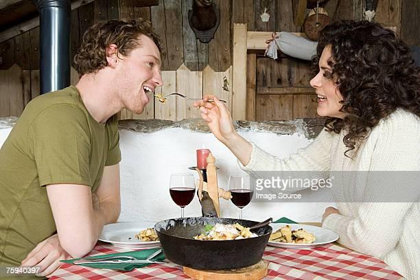 Paar teilen eine Mahlzeit