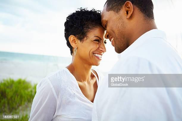 Paar teilen einen romantischen moment