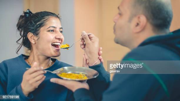 Paar delen en voeding eten met elkaar.