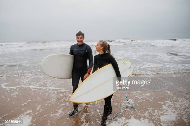 couple sharing interests - surf stock pictures, royalty-free photos & images