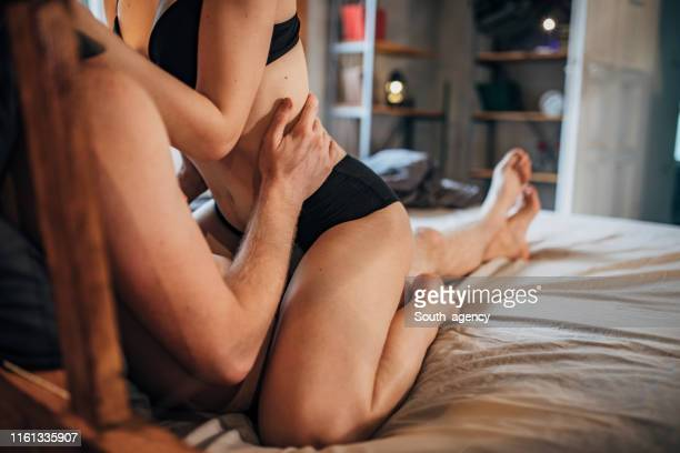 couples partageant l'amour - sensualité photos et images de collection