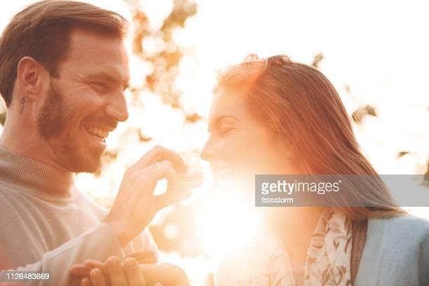 couple sharing macaroons - cioccolato foto e immagini stock