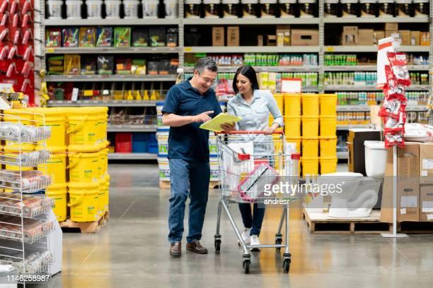 compra dos pares em uma loja da melhoria home depois de uma lista - loja - fotografias e filmes do acervo