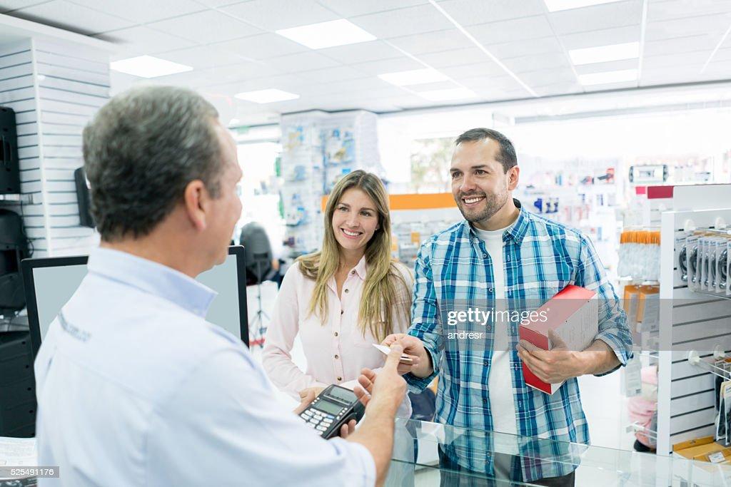 Couple shopping at a tech store : Stock Photo