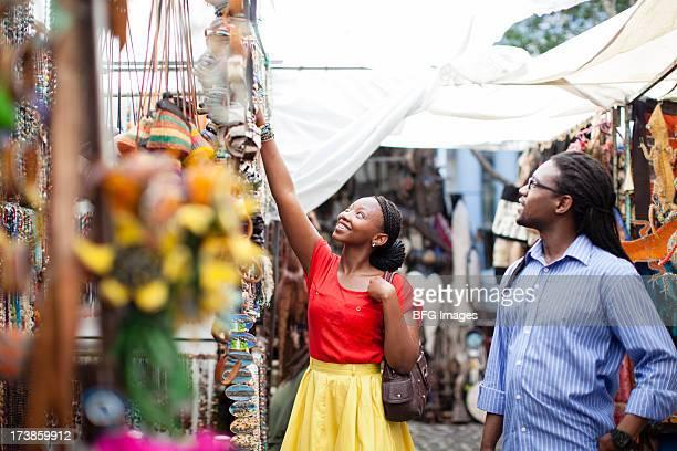 Couple shopping au marché, Le Cap, Afrique du Sud