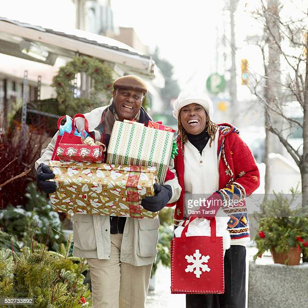 couple shopping for christmas presents - african american christmas images stock pictures, royalty-free photos & images