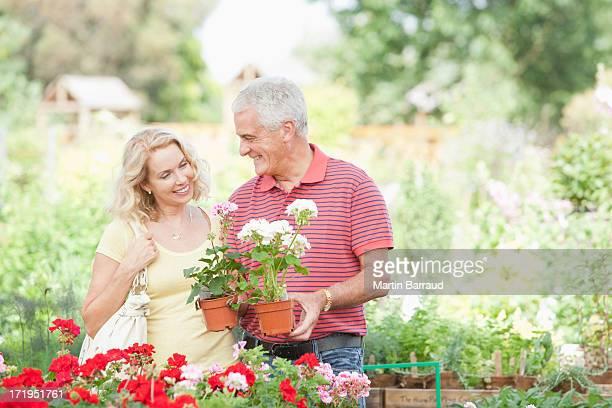 Couple, acheter des fleurs en Pépinière