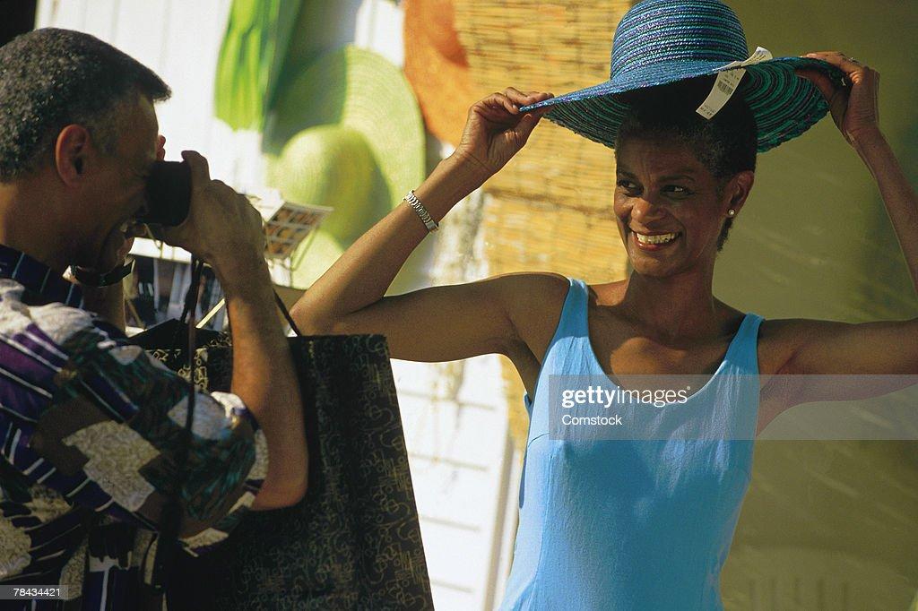 Couple shopping for souvenirs : Stockfoto
