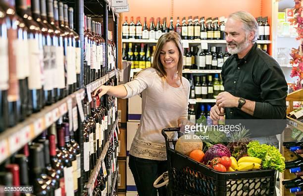 Paar einkaufen für Wein