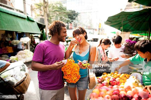couple shopping in outdoor market, bangkok, bangkok, thailand - markt stockfoto's en -beelden